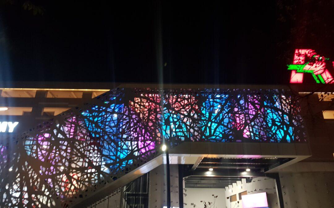 Oświetlenie fasady galerii oprawami RGB Wall Washer METRO24